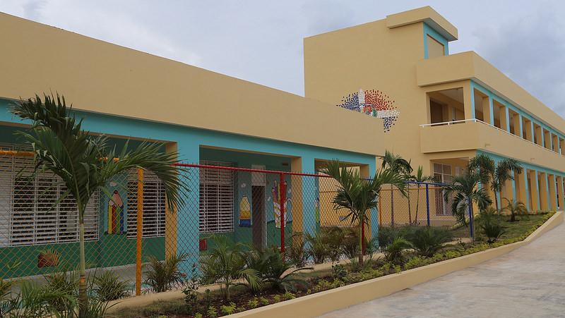 Presidente Medina inaugura escuela en comunidad Guayacanes de SPM