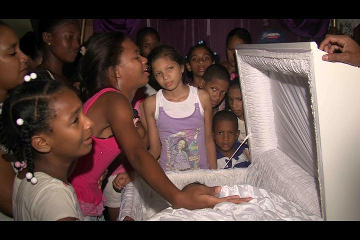 Raso PN mata mujer a tiros y se quita la vida en plena calle de Los Alcarrizos