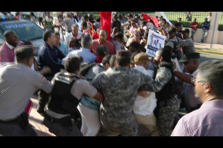 Macanazos y empujones en manifestación exigiendo cierre de la OISOE