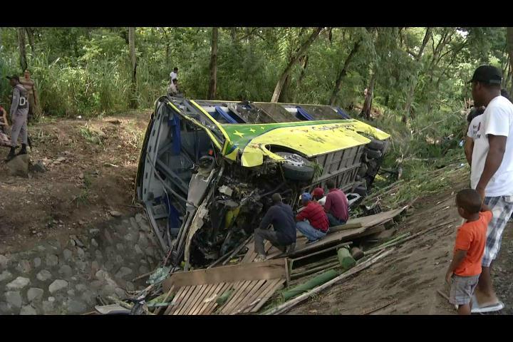 Decenas de heridos y cinco negocios afectados durante  accidente en autopista Duarte