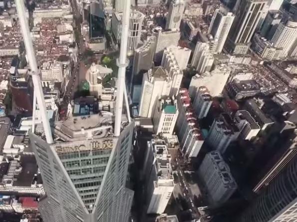Dos jóvenes escalan uno de los rascacielos más altos de China