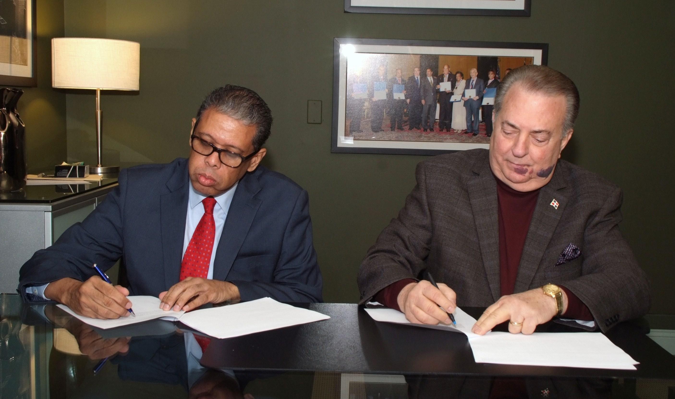 Firman acuerdo para facilitar a dominicanos enviar documentos a través de Inposdom