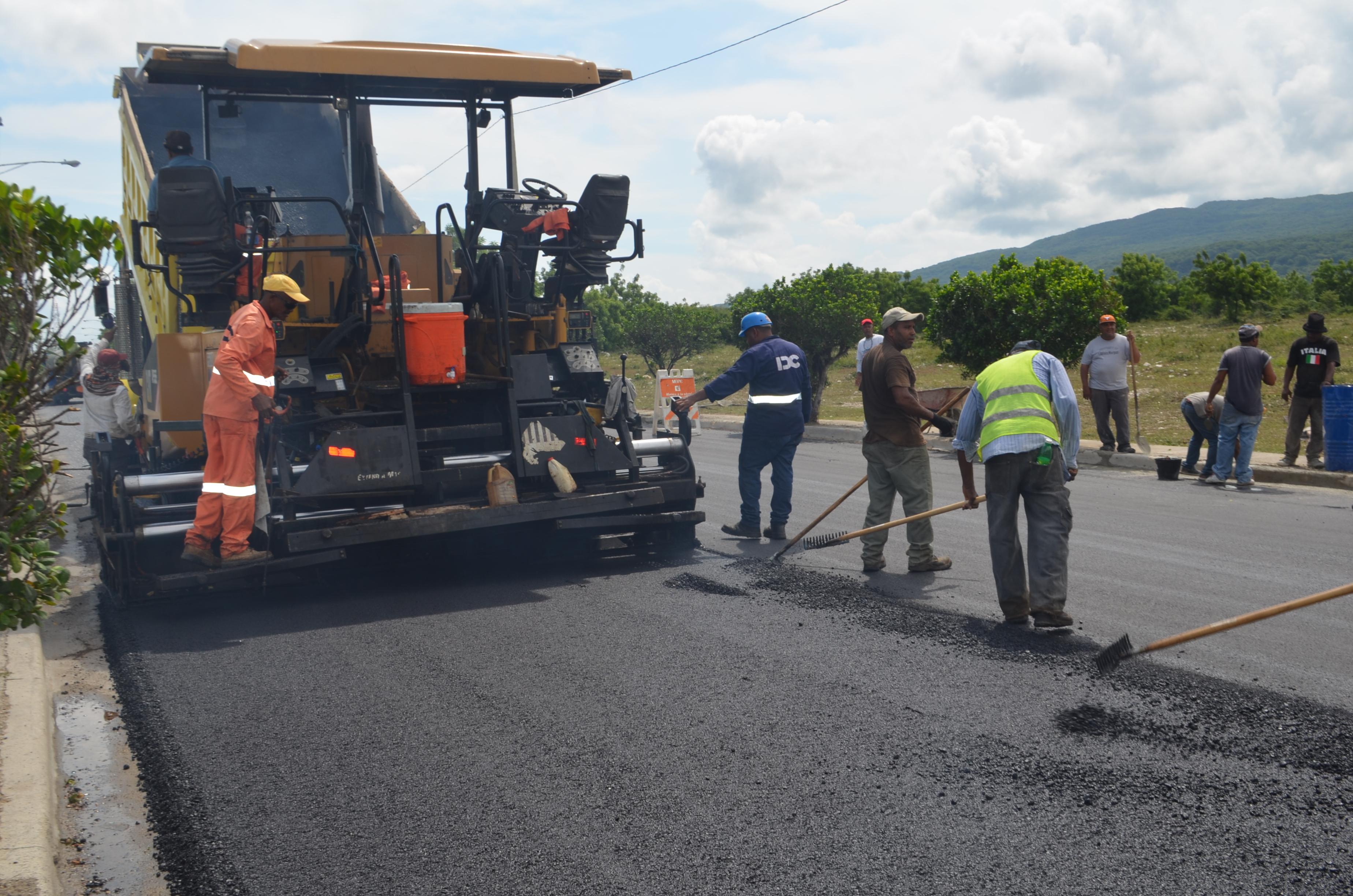 Obras Públicas realiza gran operativo de soluciones viales en Barahona