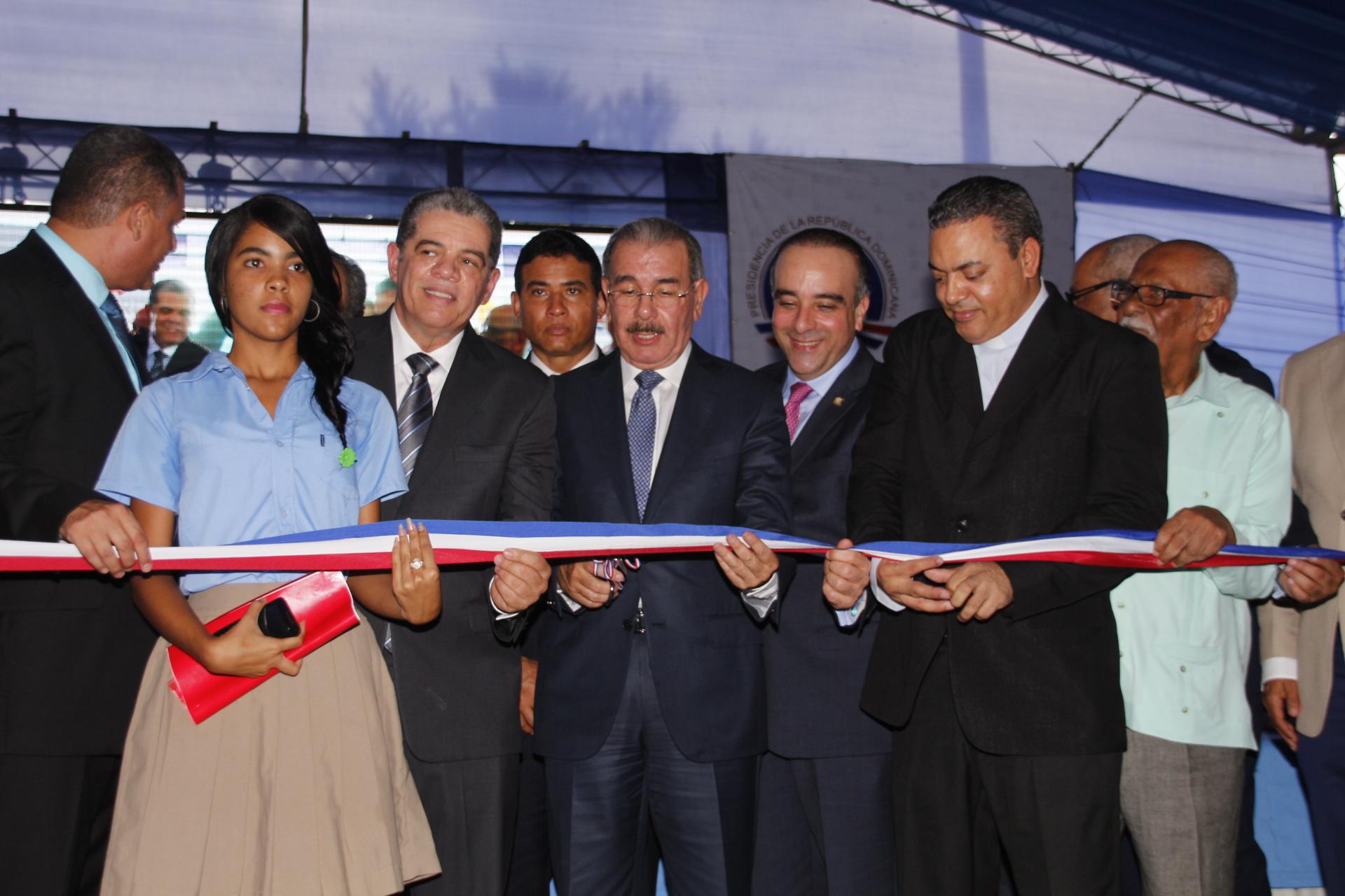 Presidente Medina inaugura un politécnico en María Trinidad Sánchez y un liceo en Samaná