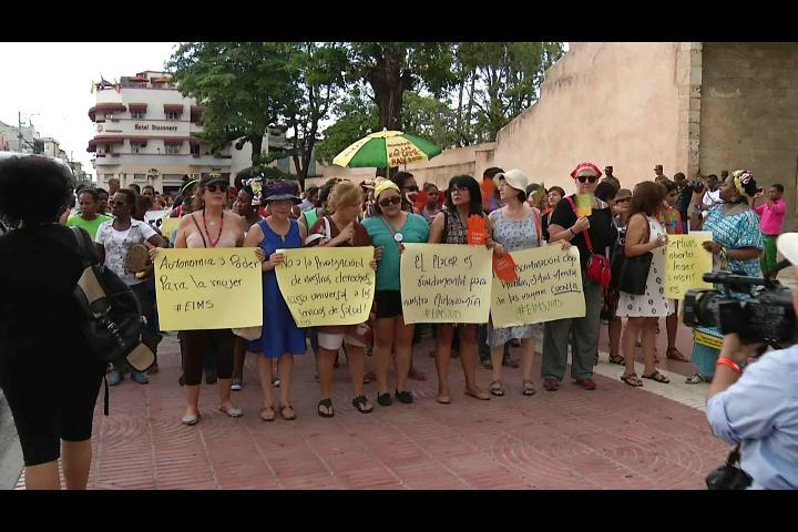 Mujeres marchan hasta el Palacio Nacional exigiendo derechos