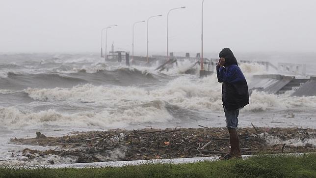 Aumentan a 26 los muertos por el tifón que sumerge parte del norte filipino