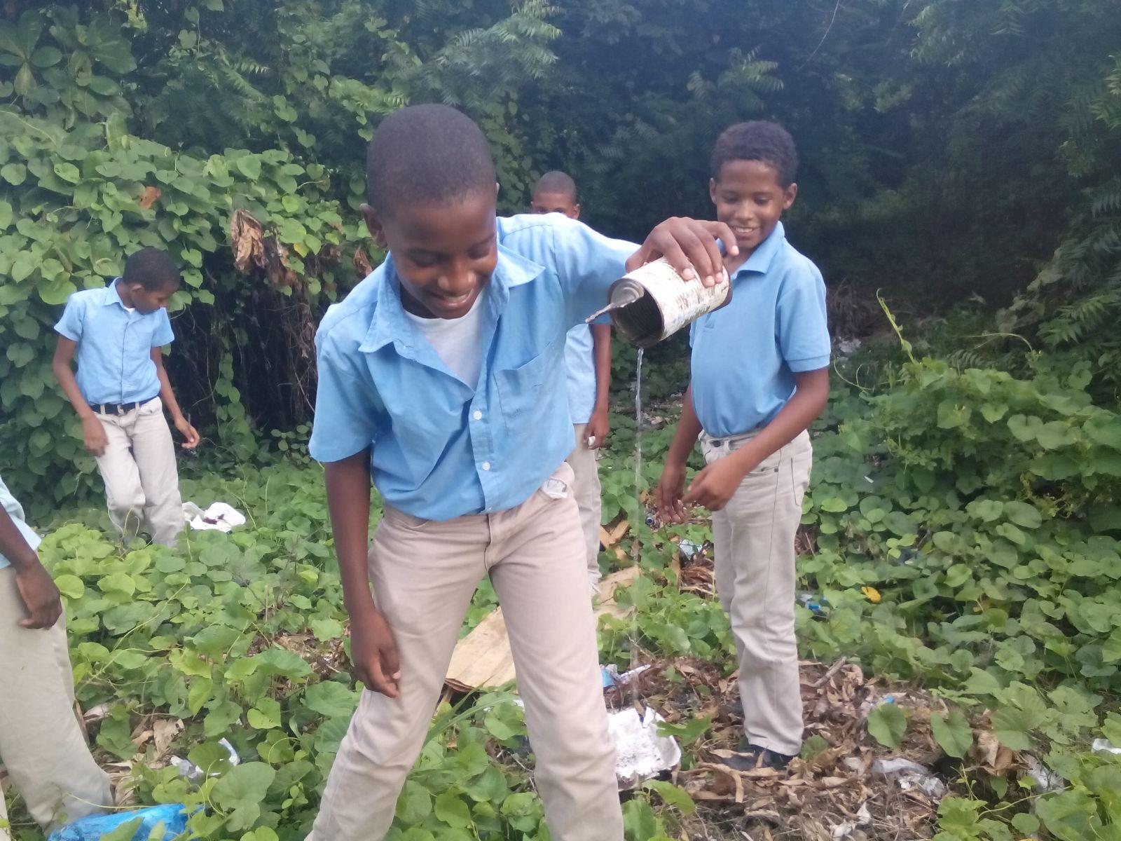 Estudiantes y personal de Educación eliminan criaderos de mosquitos a nivel nacional