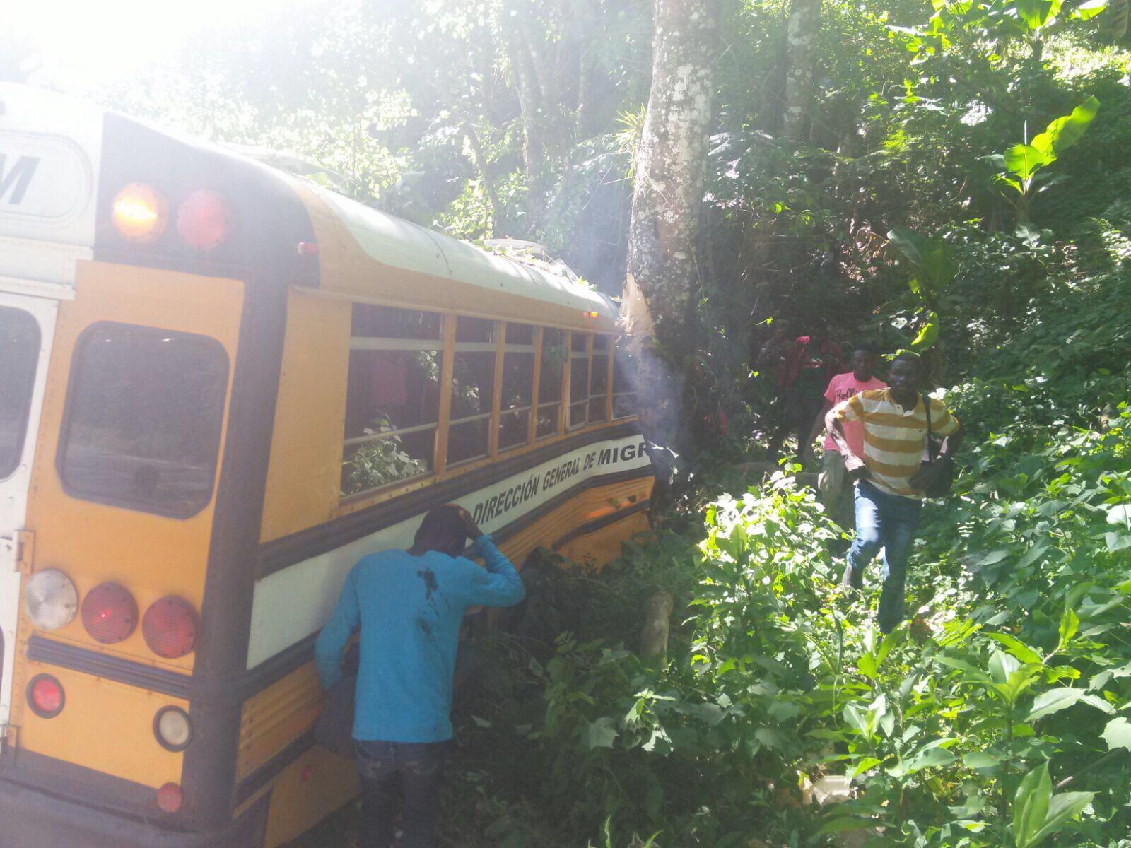 Tres muertos y más de quince heridos en accidente de autobús de Migración