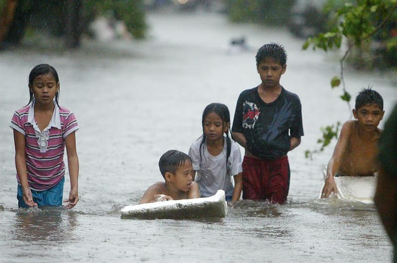 Al menos 4 muertos y 25,000 evacuados en Filipinas por huracán Koppu
