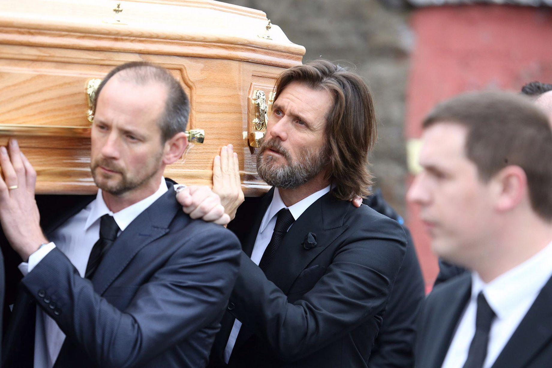 Jim Carrey lleva el ataúd de su exnovia Cathriona White en su funeral