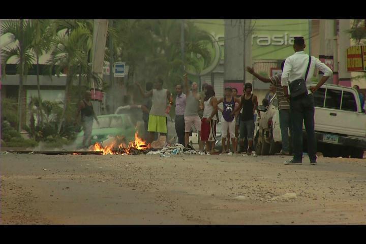 Protestan en El Manguito de La Feria pidiendo a CAASD limpie avenida tras trabajos de drenaje pluvial