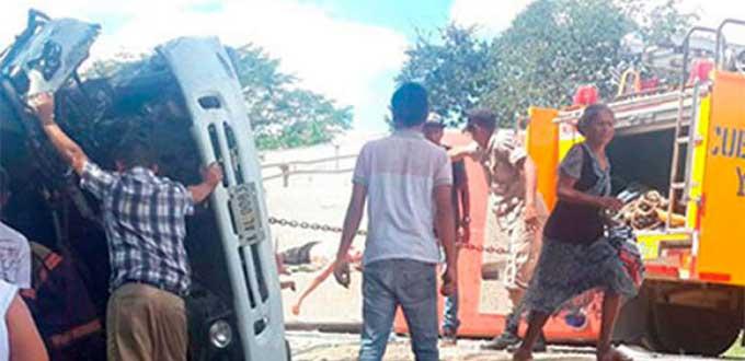 Dieciséis muertos y 13 heridos al chocar bus y camión de bomberos en Honduras