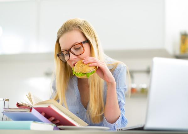 Entérate cómo te engaña tu cerebro si comes mientras haces otras cosas