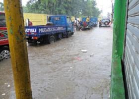 Desesperados residentes en Los Mina por inundaciones causadas por filtrantes tapados