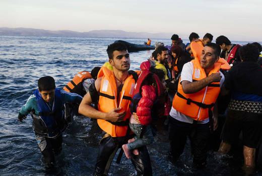 Ocho desaparecidos tras choque guardacostas griegos con bote de refugiados