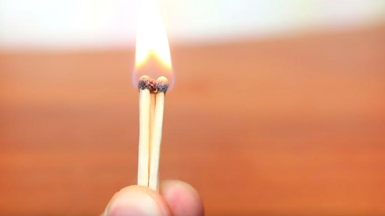¿Cómo encender un fósforo si no tienes la caja?