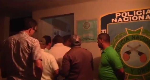 Tres apresados por supuestamente intentar desprender afiches del síndido de Ocoa