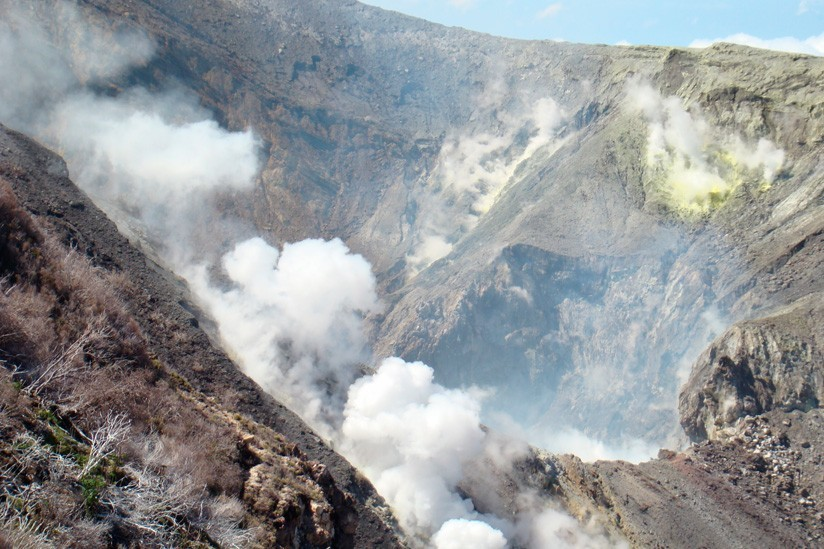 Volcán Turrialba de Costa Rica emana cenizas y mantiene actividad sísmica