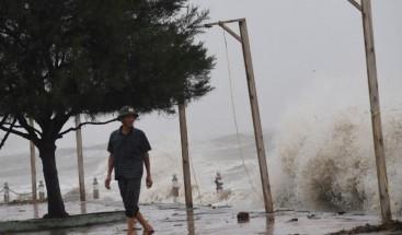 Un muerto y 289.000 evacuados por el tifón Doksuri en Vietnam