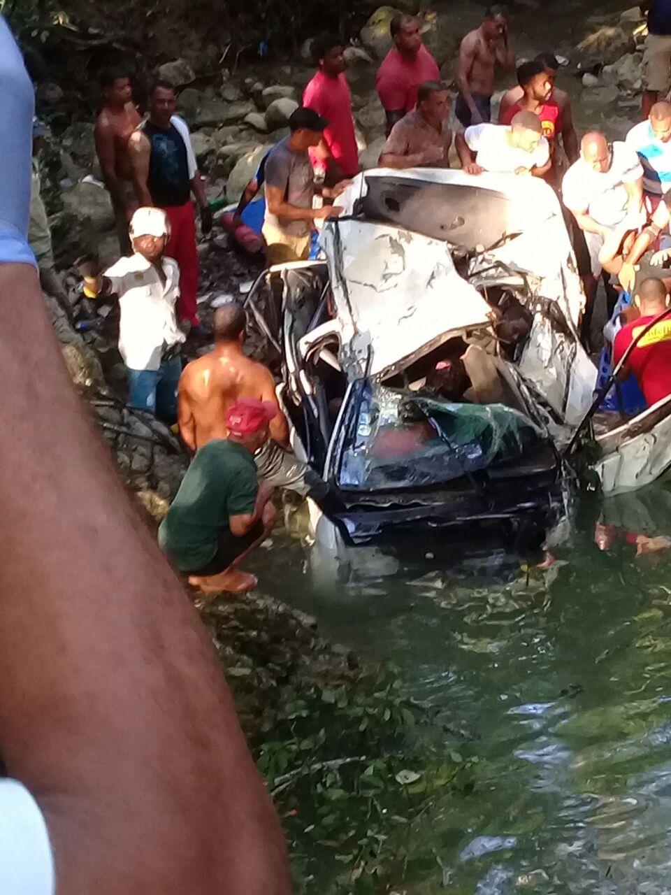 Al menos cuatro muertos tras caer vehículo en el que viajaban a un río