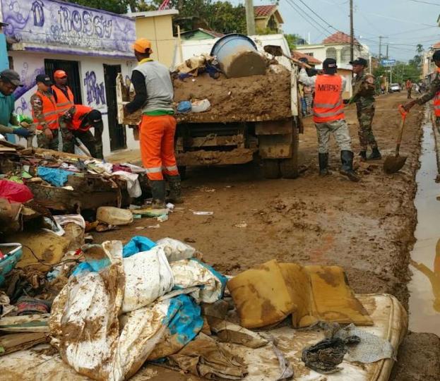 MOPC realiza operativo de limpieza en municipio de Miches y barrios de SFM