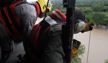 Helicóptero de la Fuerza Aérea rescata 4 personas se encontraban en peligro