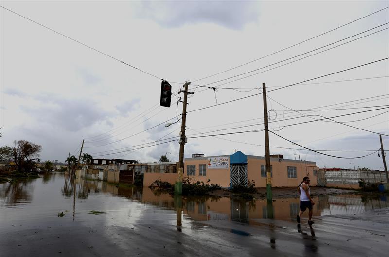 El gobernador de PR extiende hasta el domingo toque de queda tras huracán
