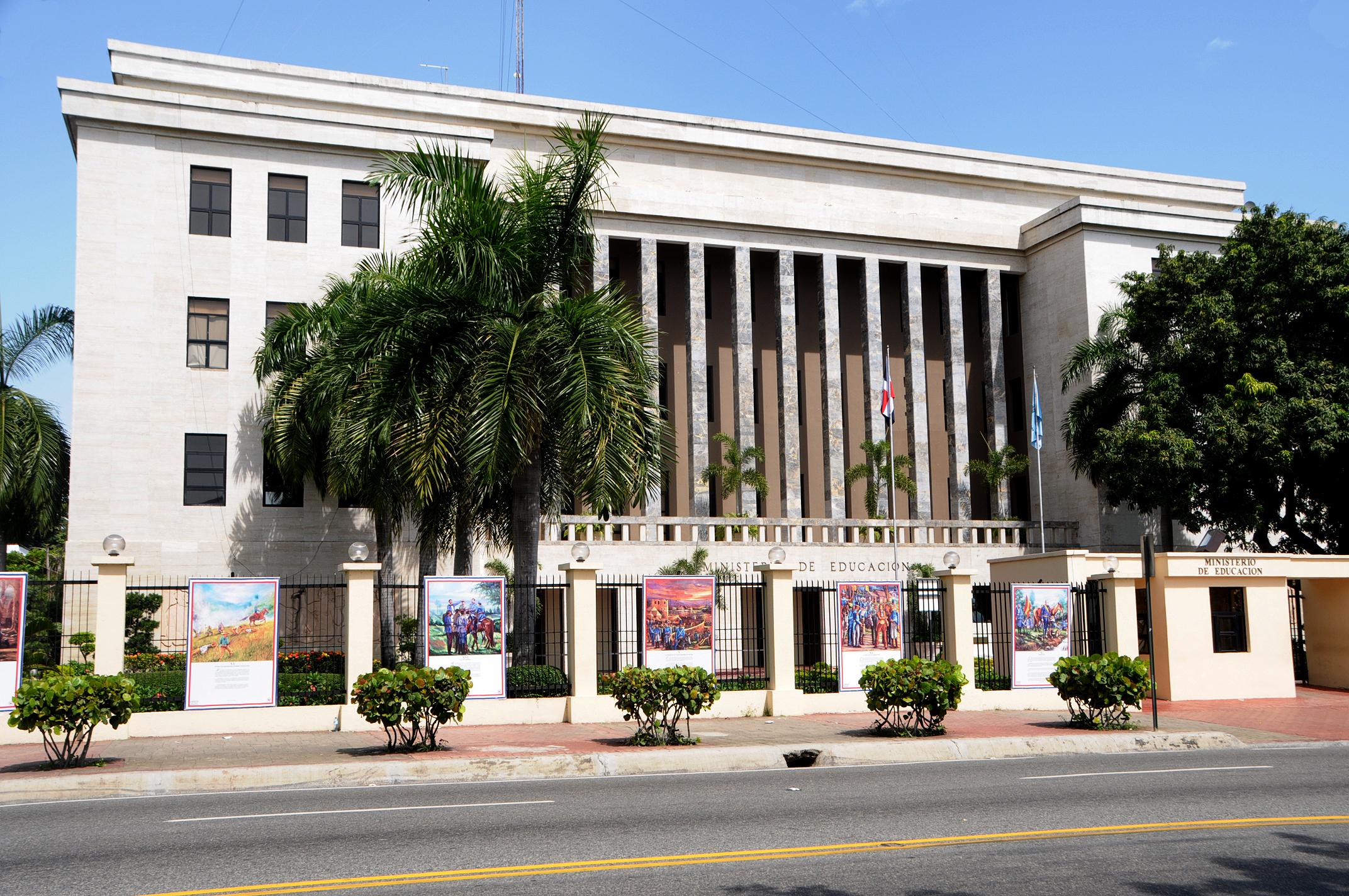 Educación suspende docencia en las 17 provincias en alerta roja por huracán Irma