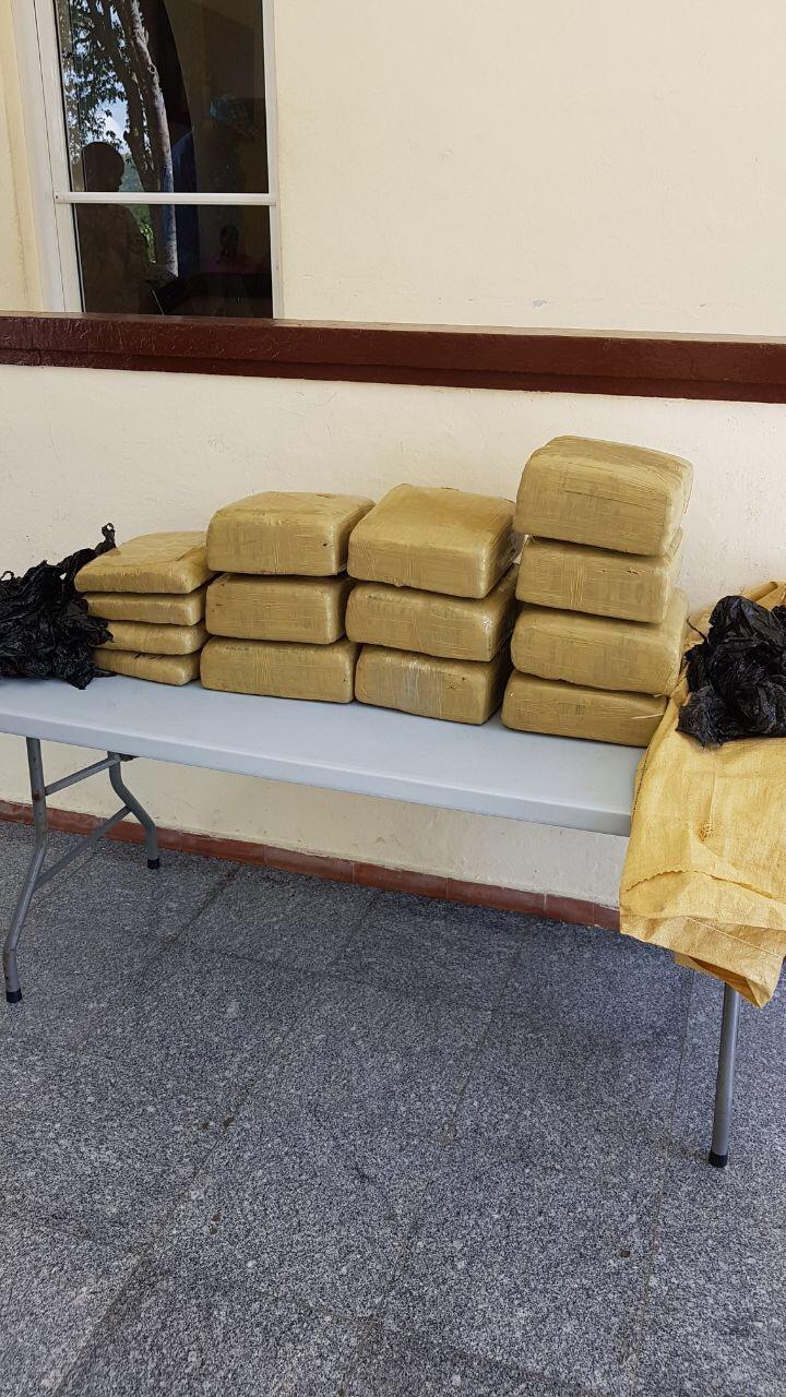 Se entrega mayor acusado de transportar 14 paquetes de marihuna en Elías Piña