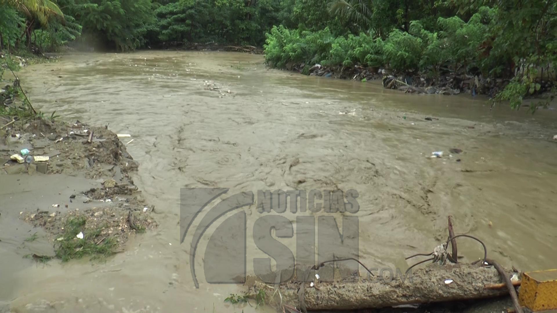 Desbordamientos de ríos inundan decenas de viviendas en Santiago