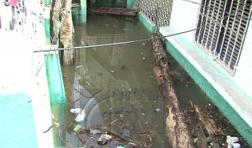 Unas 1,200 familias desplazadas por desborde de cañadas en Haina
