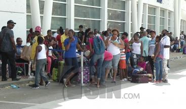 Continúan retornando al país los dominicanos residentes en San Martín tras el paso del huracán Irma