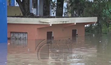 Moradores en Ramón Santana permanecen incomunicados por desborde de río Soco
