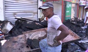 Cuantiosas pérdidas tras incendio que arrasó con 12 establecimientos comerciales en La Vega