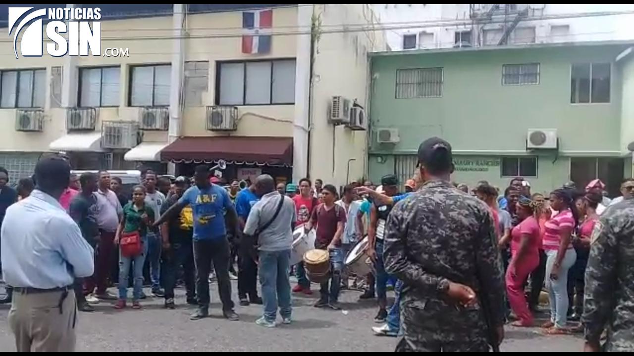 Chóferes protestan frente al Palacio de Justicia donde se conoce audiencia a transportista y otros acusados asociación malhechores