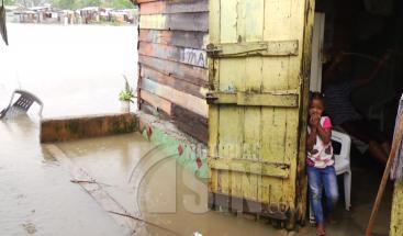 Aguas del río Ozama han inundado varias viviendas; personas se resisten a salir