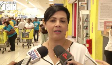 Supermercados abarrotados de clientes comprando comida por efectos que pueda dejar Irma