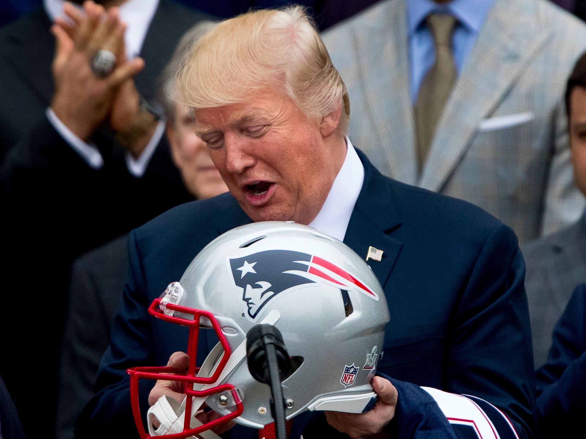 Trump aprovecha baja audiencia de TV para mantener su crítica contra la NFL