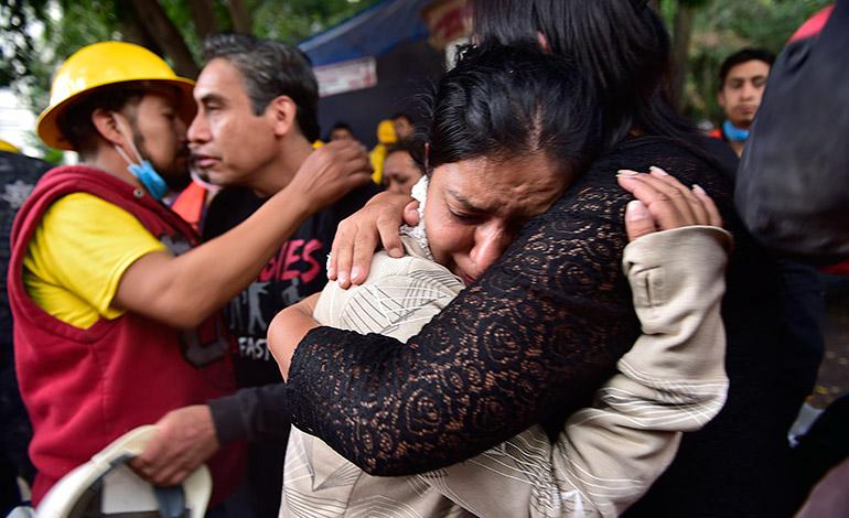 En vilo familias de desaparecidos tres días después del terremoto en México