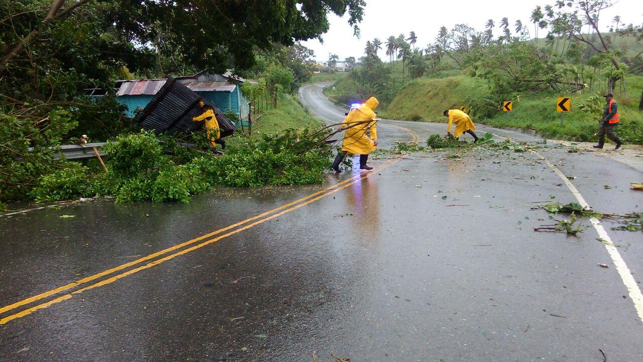 MOPC envió brigadas y equipos a retirar escombrosde vías en regiones afectadas por el huracán María