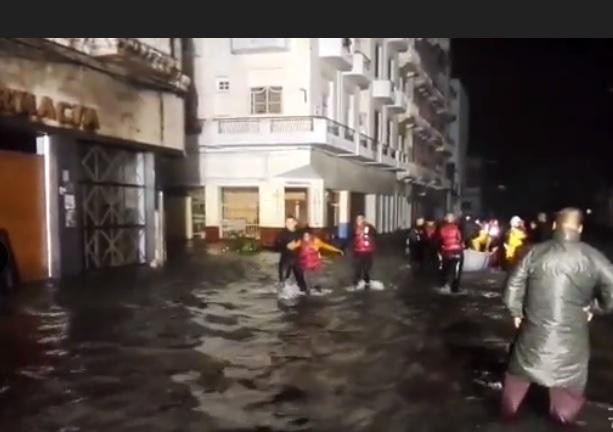 Bomberos cubanos rescatan a niños de zonas de La Habana inundadas por el huracán Irma