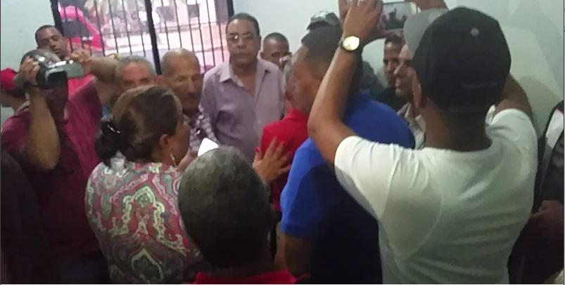 Disponen libertad de los cuatro comunicadores arrestados mientras cubrían una noticia en La Vega