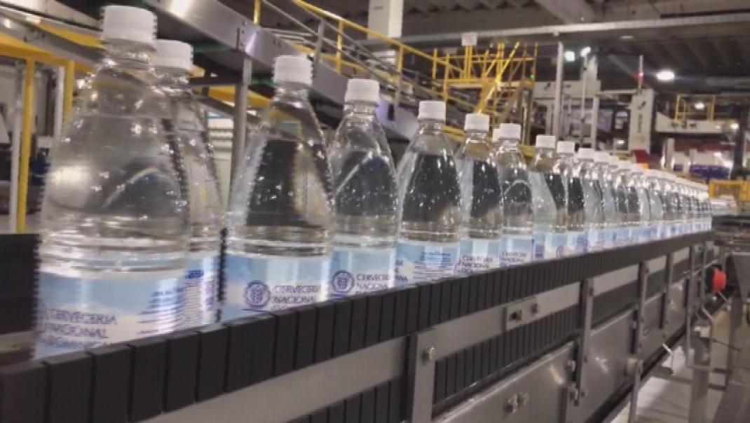 Cervecería suspende producción de envasado en Hato Nuevo para embotellar agua potable y donarla a damnificados