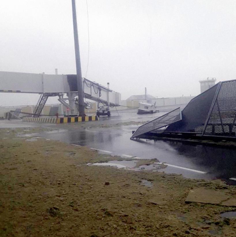El aeropuerto de San Martín queda devastado por el paso del huracán Irma