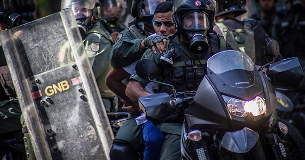 Dan libertad condicional a 27 estudiantes detenidos en protestas en Venezuela