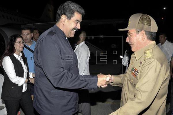 Raúl Castro despide a Nicolás Maduro tras donación por el huracán Irma