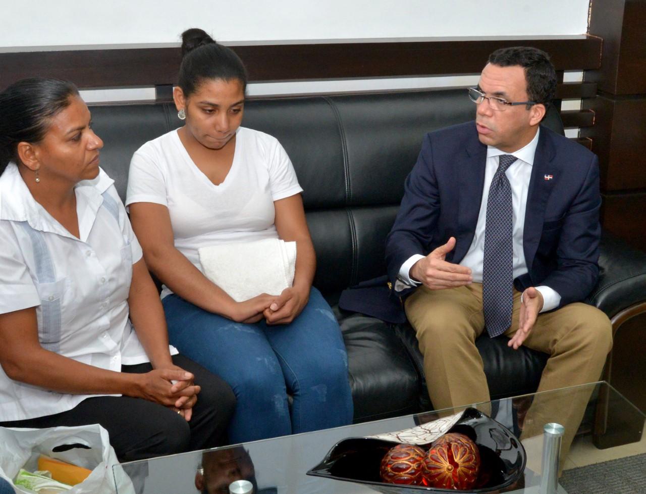 Navarro se reúne con familia de maestra que se suicidó y expresa condolencias