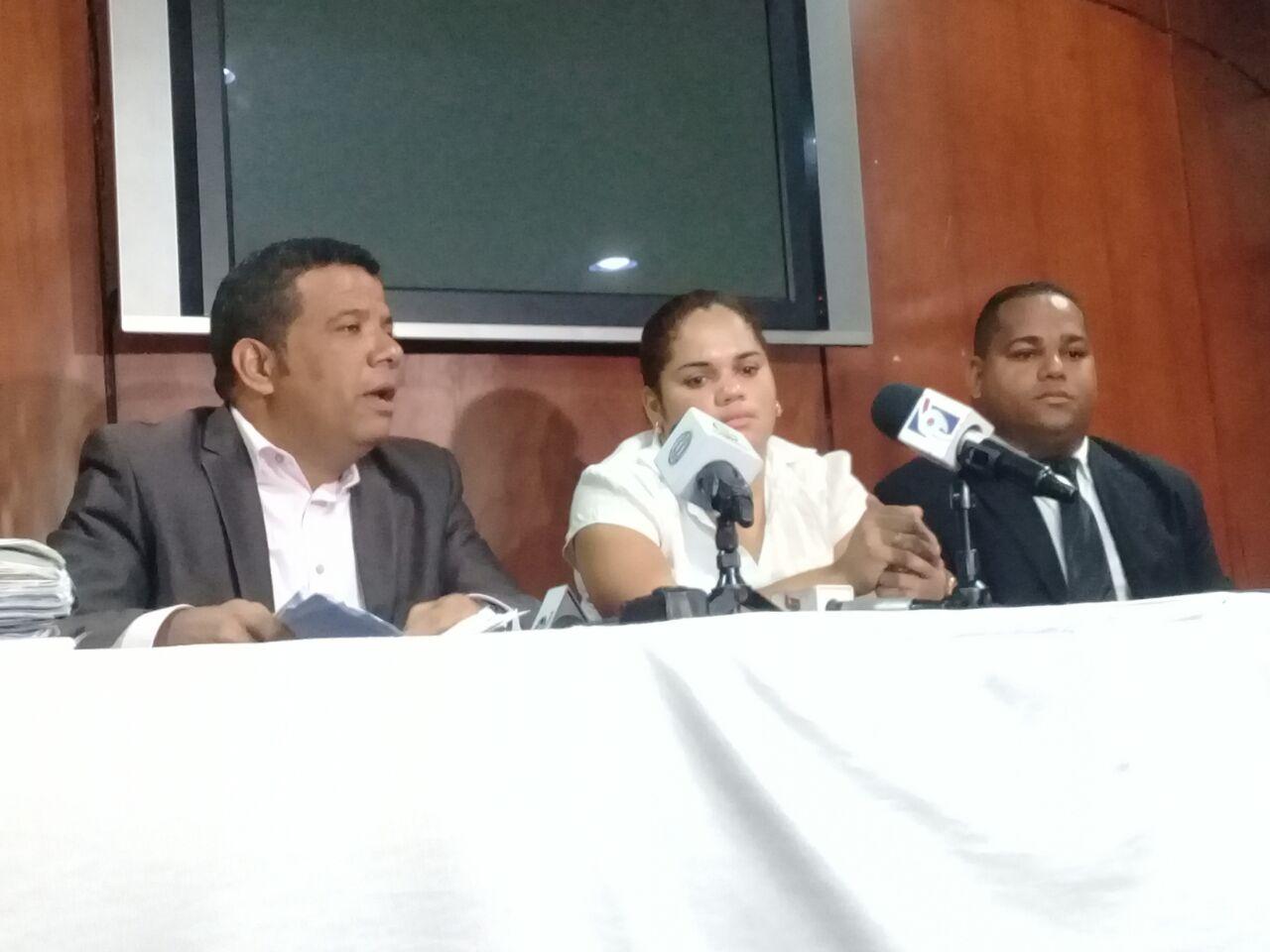Mujer que puso querella a ex esposo, acusa de negligencia a fiscalía de Azua