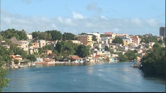 Organismos realizan operativo de evacuación en zona de río Salado en La Romana