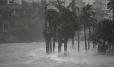 Florida espera la luz del día para ver los daños causados por Irma